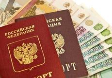 Russische geld en paspoorten Royalty-vrije Stock Foto's