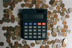 Russische geld, muntstukken en bankbiljetten, calculator op de grijze achtergrond royalty-vrije stock foto's