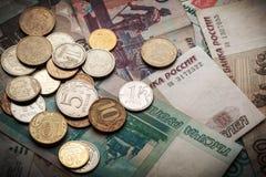Russische geldachtergrond Roebelsbankbiljetten en muntstukken Royalty-vrije Stock Foto