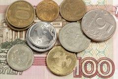 Russische Geldanmerkung und -kleinigkeit Stockbilder