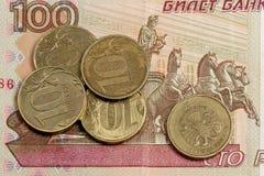 Russische Geldanmerkung und -kleinigkeit Stockbild