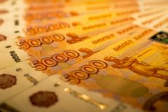 Russische Geldbanknoten mit größtem Wert 5000 Rubel schließen oben Makroschuß von orange Banknoten Lizenzfreie Stockfotos