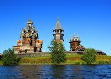 Russische hölzerne Architektur auf Kizhi-Insel Stockfotos