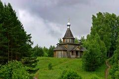 Russische hölzerne Kirche Stockfotografie
