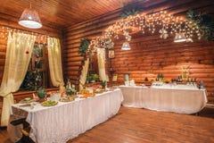 Russische Hütte mit Weihnachtstabellen Lizenzfreie Stockfotografie