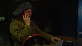 Russische hakker voor laptop stock video