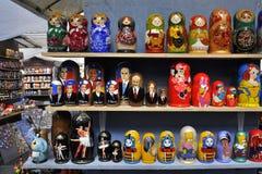 Russische herinneringspoppen op straatverkoop Stock Foto