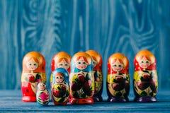 Russische het nestelen poppenbabushkas of matryoshkas stock afbeeldingen