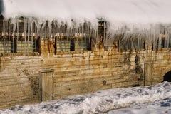 Russische hut met ijskegels op het dak Royalty-vrije Stock Afbeeldingen