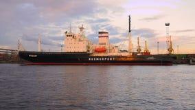Russische icebreaker ` Mudyug ` in de ladingshaven van St. Petersburg in kan schemer stock videobeelden