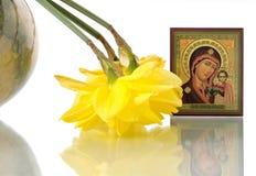Russische Ikone von Jungfrau Maria und von Narzissen in rundem stockfotografie