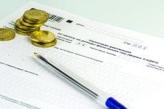 Russische jährliche Steuer Erklärung von Steuern von Einzelpersonen Die Form 3-NDFL Einige russische Münzen sind auf dem Blatt de lizenzfreie stockfotos