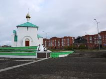 Russische Kerk, bewolkt weer Mooie groene koepels Details en stock fotografie
