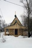 Russische kerk in het sneeuwdorp Stock Foto's