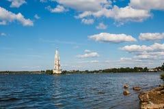 Russische kerk in midle van het meer in Uglich stock foto