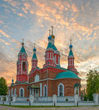 Russische kerk over het branden zonsondergang Stock Fotografie