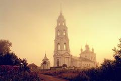 Russische Kirche in einem gelben Nebel im Morgen Lizenzfreie Stockfotografie