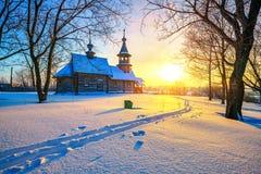 Russische Kirche im Winterwald Stockbild
