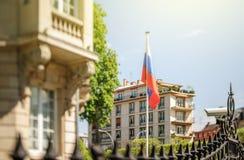 Russische Konsulatbotschaft mit wellenartig bewegender Flagge Lizenzfreie Stockbilder