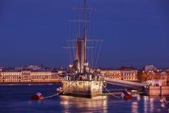 Russische Kreuzer Aurora - Russe schützte Kreuzer nachts, St. Stockbild