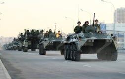 Russische leger militaire voertuigen in Moskou van de binnenstad stock fotografie