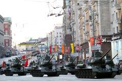 Russische leger militaire voertuigen in Moskou van de binnenstad stock afbeeldingen
