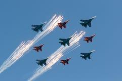 Russische Luchtmacht 5 Sukhoi Su 27 Russische Ridders en 4 Mikoyan Mig 29 Strizhi Stock Fotografie