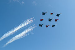 Russische Luchtmacht 5 Sukhoi Su 27 Russische Ridders en 4 Mikoyan Mig 29 Strizhi Stock Afbeeldingen