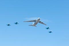 Russische Luftwaffe Antonow 124 und ein 4xSukhoi SU 27 Lizenzfreie Stockfotos