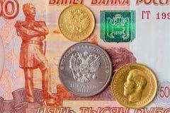 Russische Münzen auf Banknoten Stockfotografie