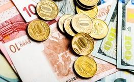 Russische Münzen auf Dollar und Euros Stockfoto