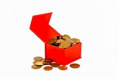 Russische Münzen in einem roten Kasten isolat stockfotos