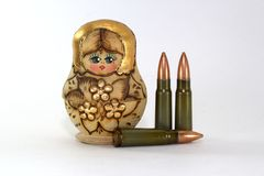 Russische matryoshka en verscheidene patronen voor de geweren van de Kalashnikovaanval royalty-vrije stock afbeeldingen