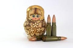 Russische matryoshka en verscheidene patronen voor de geweren van de Kalashnikovaanval royalty-vrije stock afbeelding