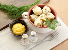 Russische Mehlklöße - pelmeni, in orange Schüssel *with Senf Stockfotos