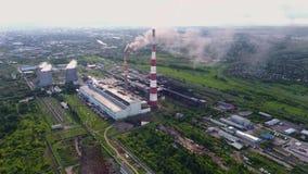 Russische met kolen gestookte elektrische centrale Dagsatellietbeeld van elektrische centrale, rook van de schoorsteen stock video