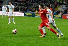 Russische middenvelder Daler Kuzyayev en Zuidkoreaanse verdediger Chan Royalty-vrije Stock Afbeelding