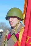 Russische militair-reenactor die een rode vlag houden Royalty-vrije Stock Afbeelding