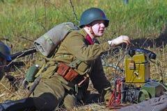 Russische militair-reenactor neemt de telefoon op stock foto's