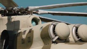 Russische Militaire helikopter bij basis stock footage
