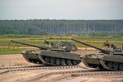 Russische militaire tank t-80 ter plaatse in gevechtsvoorwaarden Royalty-vrije Stock Afbeeldingen