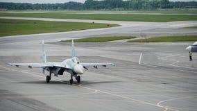 Russische militaire vliegtuigen op de baan Russische militaire vliegtuigenvechter stock footage