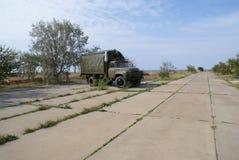 Russische militaire vrachtwagen op luchtmachtbasis Royalty-vrije Stock Afbeeldingen
