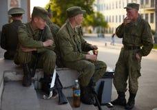 Russische militairen bij de paradeherhaling Stock Afbeeldingen