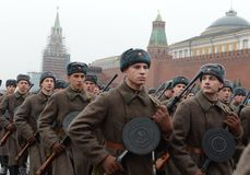 Russische militairen in de vorm van de Grote Patriottische Oorlog bij de parade op Rood Vierkant in Moskou Stock Foto's