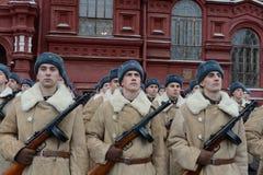 Russische militairen in de vorm van de Grote Patriottische Oorlog bij de parade op Rood Vierkant in Moskou Stock Afbeelding