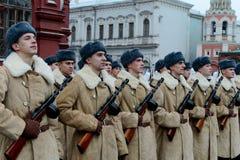 Russische militairen in de vorm van de Grote Patriottische Oorlog bij de parade op Rood Vierkant in Moskou Royalty-vrije Stock Foto