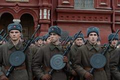 Russische militairen in de vorm van de Grote Patriottische Oorlog bij de parade op Rood Vierkant in Moskou Stock Afbeeldingen