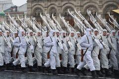 Russische militairen in de vorm van de Grote Patriottische Oorlog bij de parade op Rood Vierkant in Moskou Royalty-vrije Stock Afbeeldingen