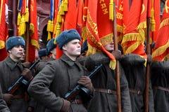 Russische militairen in de vorm van de Grote Patriottische Oorlog bij de parade op Rood Vierkant in Moskou Royalty-vrije Stock Foto's